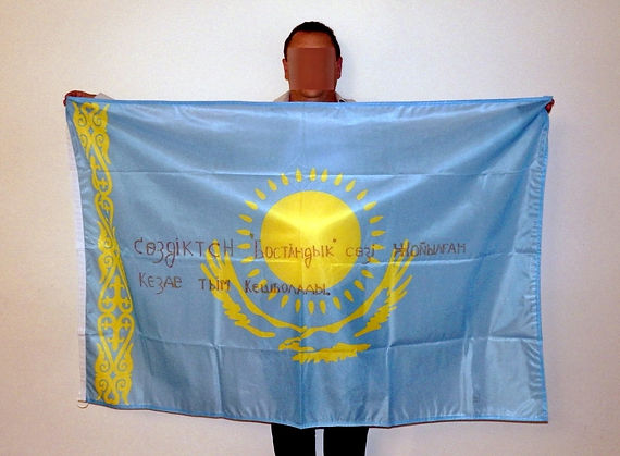 Art warning the World, Kazakhstan - Haji and his flag with the Klaus Guingand sentence in Kazakh / Red marker pen / Signed