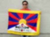 Tibet - Tenzin Tondup and his flag with the Klaus Guingand sentence in Tibetan