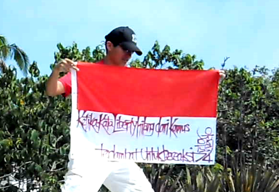 Art warning the World, Indonesia - Victor Angelo and his flag with the Klaus Guingand sentence in Indonesian / Red paint / Signed