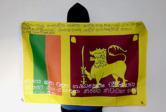 Art warning the World, Sri Lanka - Strakk and his flag with the Klaus Guingand sentence in Tamil and Sinhalese / Flag: 23 x 35,4 in. / Sentence black penn & white paint / Signed
