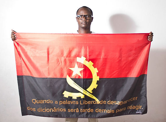Art warning the World, Angola - Benjamin Sabby and his flag with the klaus Guingand sentence in Portuguese / Gold painting / Signed