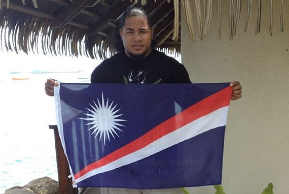 Art warning the World,Marshall Islands - Frisco John Elison Lang and his flag with the Klaus Guingand sentence in Marshallese. Flag: 23 x 35,4 in./ Sentence white marker pen / Signed.