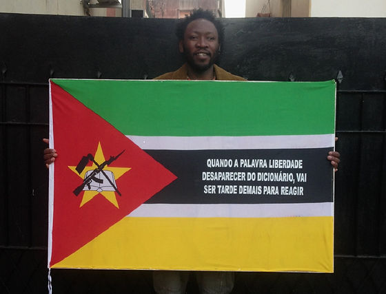 Art warning the World, Mozambique - Goncalo Mabunda and his flag with the Klaus Guingand sentence in Portuguese / Flag: 35,5 x 59 in. / Sentence white serigraphy / Signed