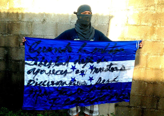 Art warning the World, Honduras - Selim Baruc and his flag with the Klaus Guingand sentence in Spanish / Black marker / Signed