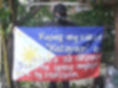 Art warning the World-Philippines-GamesOverkidd Wpc and his flag with the Klaus Guingand sentence in Filipino / Flag: 35,5 x 59 in./ Sentence white & black paint / Signed