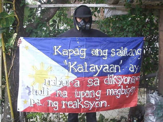 Art warning the World-Philippines-GamesOverkidd Wpc and his flag with the Klaus Guingand sentence in Filipino / Flag: 35,5 x 59 in. / Sentence white & black paint / Signed