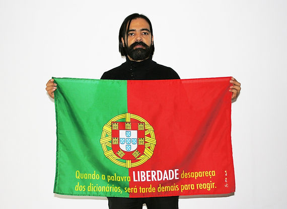 Art warning the World, Portugal -Hernando Urrutia and his flag with the Klaus guingand sentence in Portuguese / Flag: 23 x 35,4 in./ Sentence digital printing / Signed