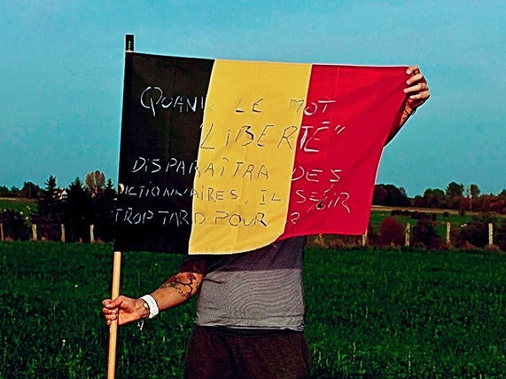 Art warning the World, Belgium (Wallonia) - Rohan Graeffly and his flag with the Klaus Guingand sentence in French / Letters cut / Signed