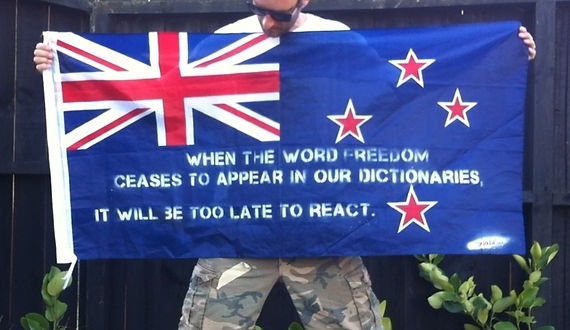 Art warning the World, New Zealand - Component and his flag with the Klaus Guingand sentence in English / Flag: 23,62 x 59 in. / Sentence white stencil / Signed