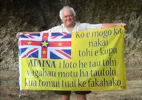 Art warning the World, Niue - Mark Cross and his flag with the Klaus Guingand sentence in Niuean / Flag: 35,5 x 59 in. / Sentence black paint / Signed