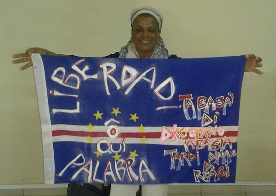 Art warning the World / Cape Verde - Misa Kouassi and her flag with the Klaus Guingand sentence in Portuguese.