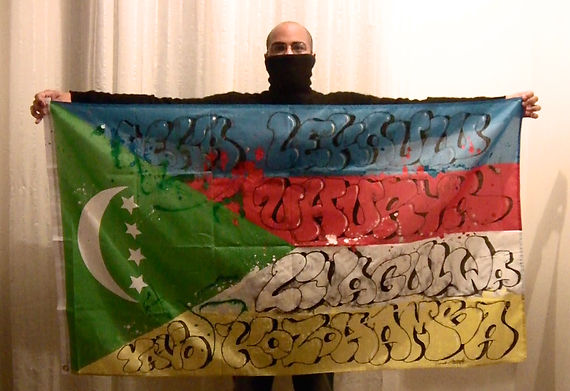 Art warning the world, Comoros - Socrome and his flag: 39,37 x 78 inches / Sentence in Shikomori / Black spray paint / Signed