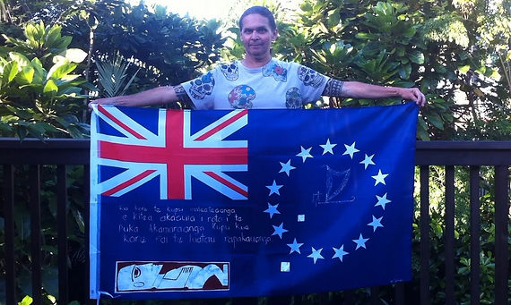 Art warning the world, Cook Islands - Ian George and his flag: 23 x 35,4 inches / Sentence in Cook Islands Maori / white & brown paint / Signed