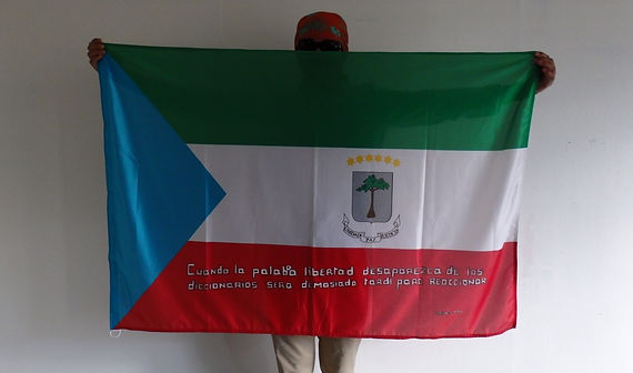 Art warning the world, Equatorial Guinea -Antonio Moss and his flag with the Klaus Guingand sentence in Spanish / White paint / Signed
