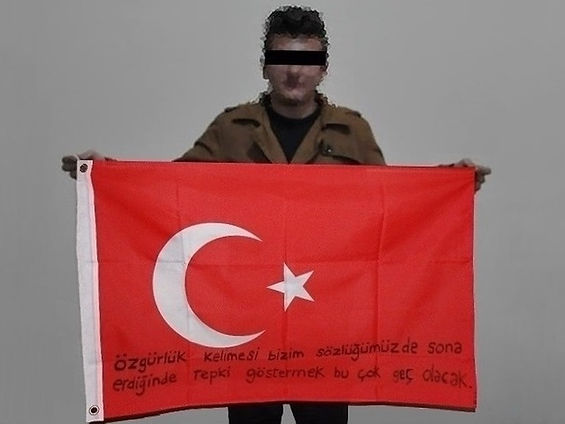 Art warning the World,Turkey - Bye Lous and his flag with the Klaus Guingand sentence in Turkish.