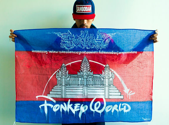 Art warning the world / Cambodia - FONKi 514 and his flag with the Klaus Guingand Sentence in Khmer.