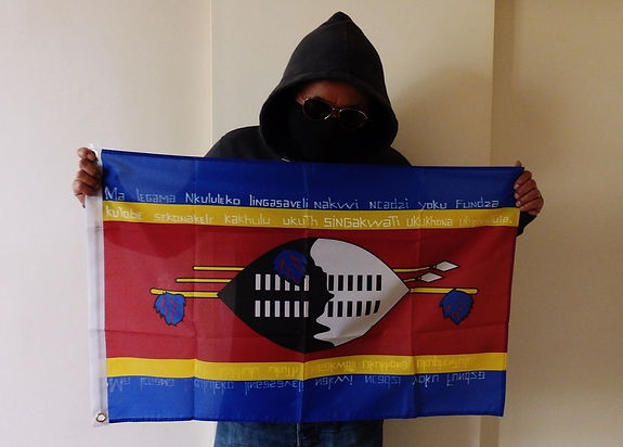 Art warning the World, Swaziland - Maphevu and his flag with the Klaus Guingand sentence in Swazi.
