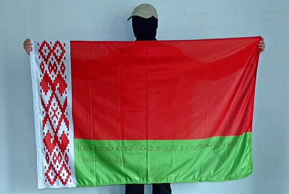 Art warning the World, Belarus - Anonymous street artist and his flag: 35, 5 x 59 inches: Klaus Guingand sentence in Belarusian / Red marker / Signed