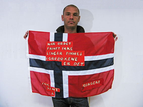 Art warning the World, Norway - Chris Reddy and his flag with the Klaus Guingand sentence in Norwegian / Flag: 23 x 35,4 in./ Sentence sticky paper / Signed