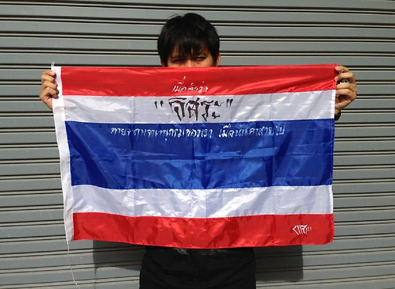 Art warning the World, Thailand - Arnon CHZ and his flag with the Klaus Guingand sentence in Thai.