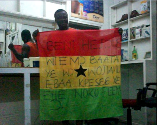 Art warning the World, Ghana - Eric Adjetey Anang and his flag with the Klaus Guingand sentence in Ga / Black marker / Signed