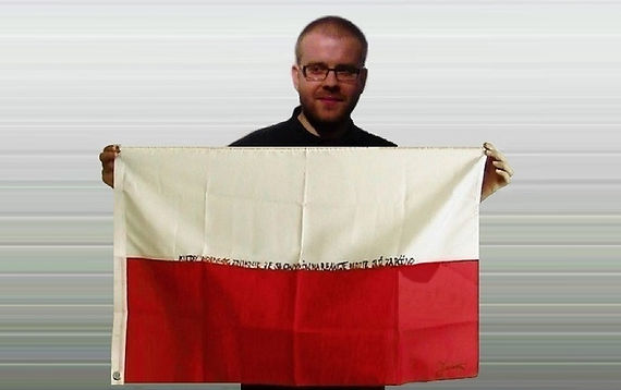 Art warning the World, Poland - Michal Janowski and his flag with the Klaus Guingand sentence in Polish / Flag: 23 x 35,4 in. / Sentence black & red paint / Signed