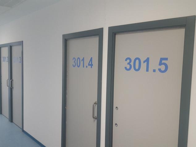 vinilo números puertas hospital