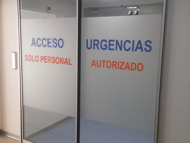 vinilo puertas hospitales