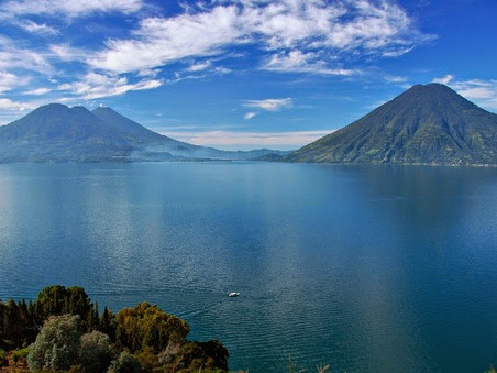 "Lago de Atitlán en peligro.                            ""Lake Atitlan in danger."""