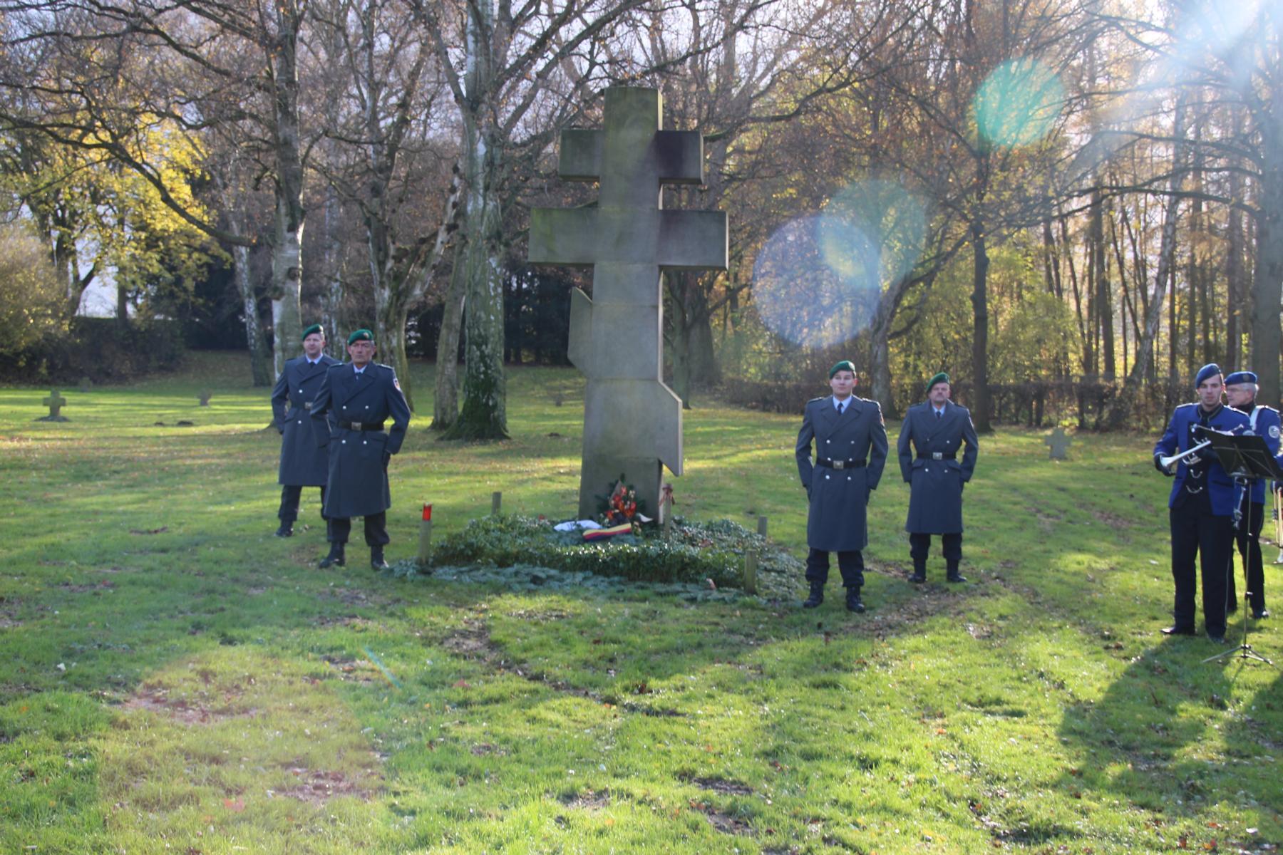 Ehrenposten auf dem Ru. Friedhof in NDZW