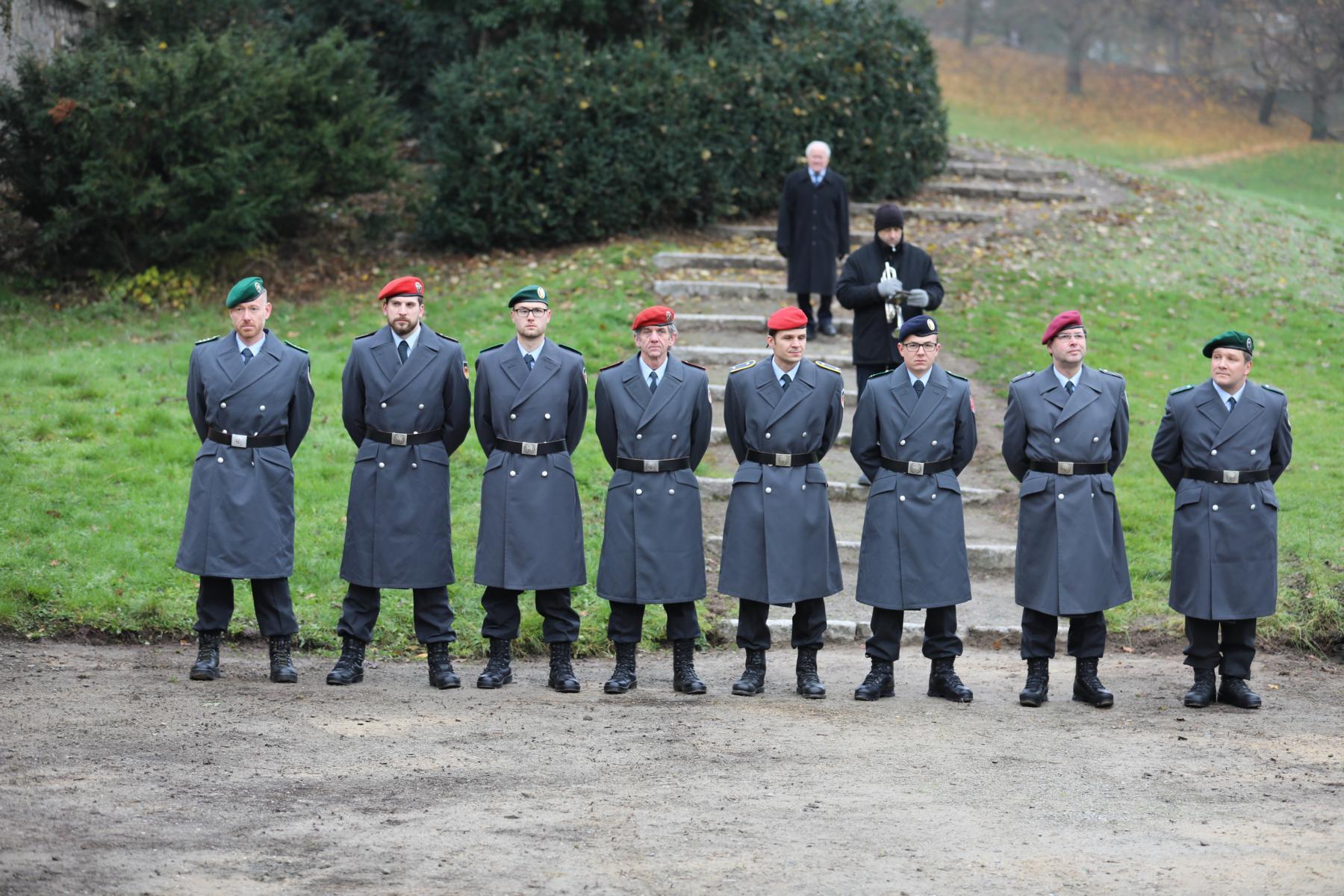 Ehrenformation, im Hintergrund Trompeter Jens Gründer
