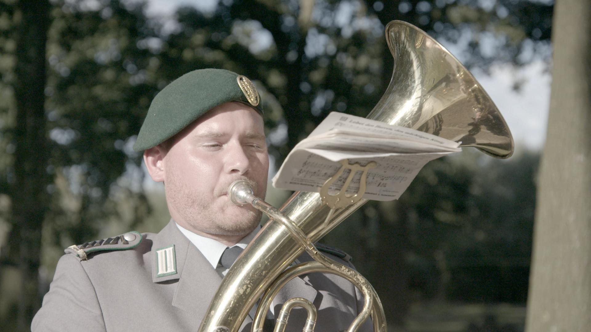 """OStGefr (UA) MbL (d.R.) Alexander Knauf spielt """"Ich hatt' einen Kameraden"""" auf dem Tenorhorn"""