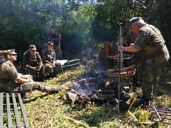 Die Truppe am Feuer