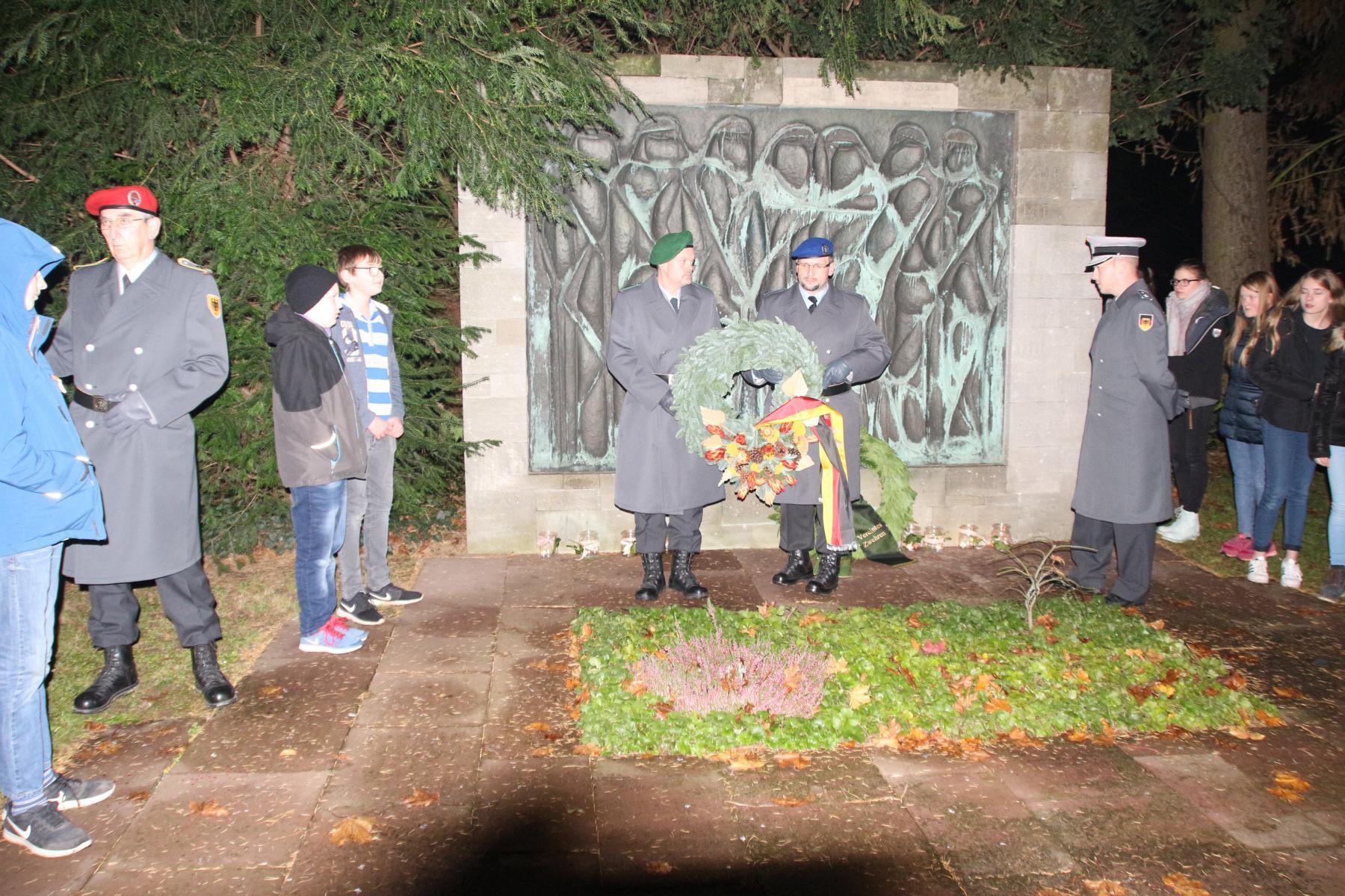 Kranzniederlegung am Mahnmal für die Bombenopfer auf dem Niederzwehrener Friedhof