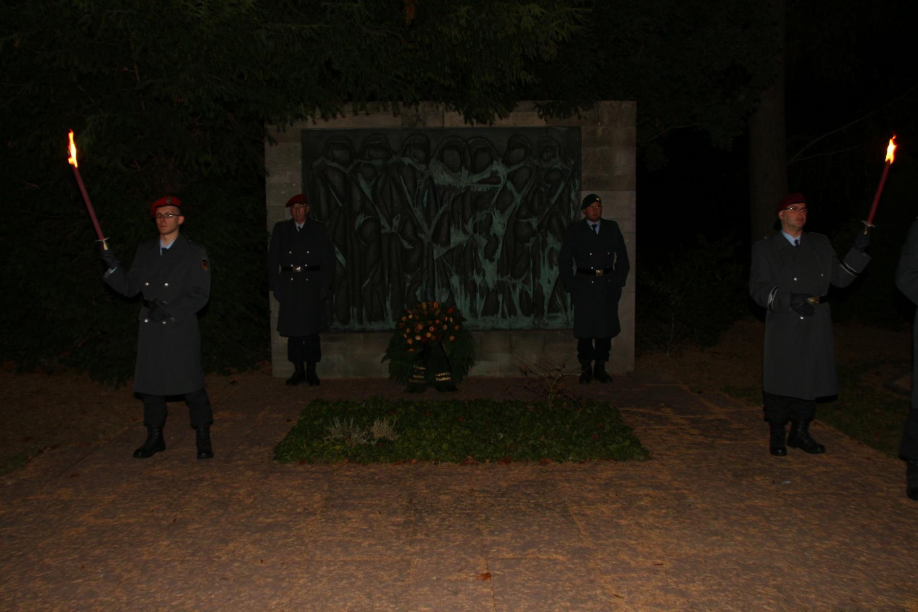 Mahnmal für die Bombenopfer auf dem, Friedhof NIEDERZWEHREN
