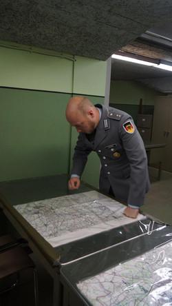 Der Leitende, OLt d.R. Valentino Lipardi, an seinem Stammplatz, an der Karte