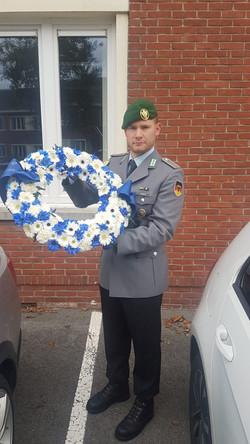 Uffz d.R. Alexander Knauf vor der Unterkunft (belgische Kaserne YPERN)