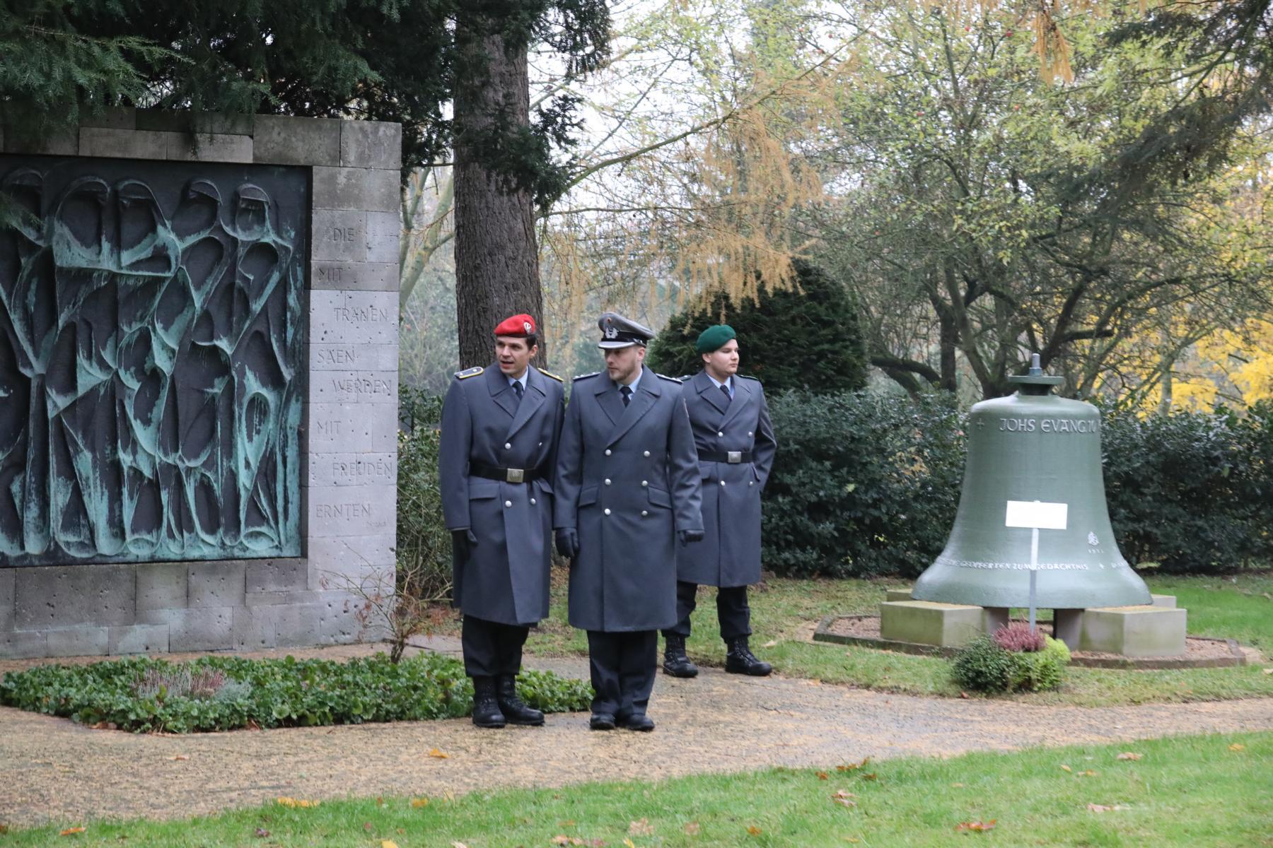 Am Mahnmal für die Bombenopfer auf dem Friedhof NIEDERZWEHREN