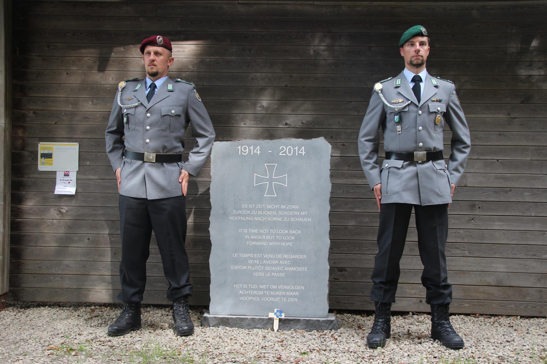 Gedenkkreuzniederlegung am Gedenkstein im Bayernwald