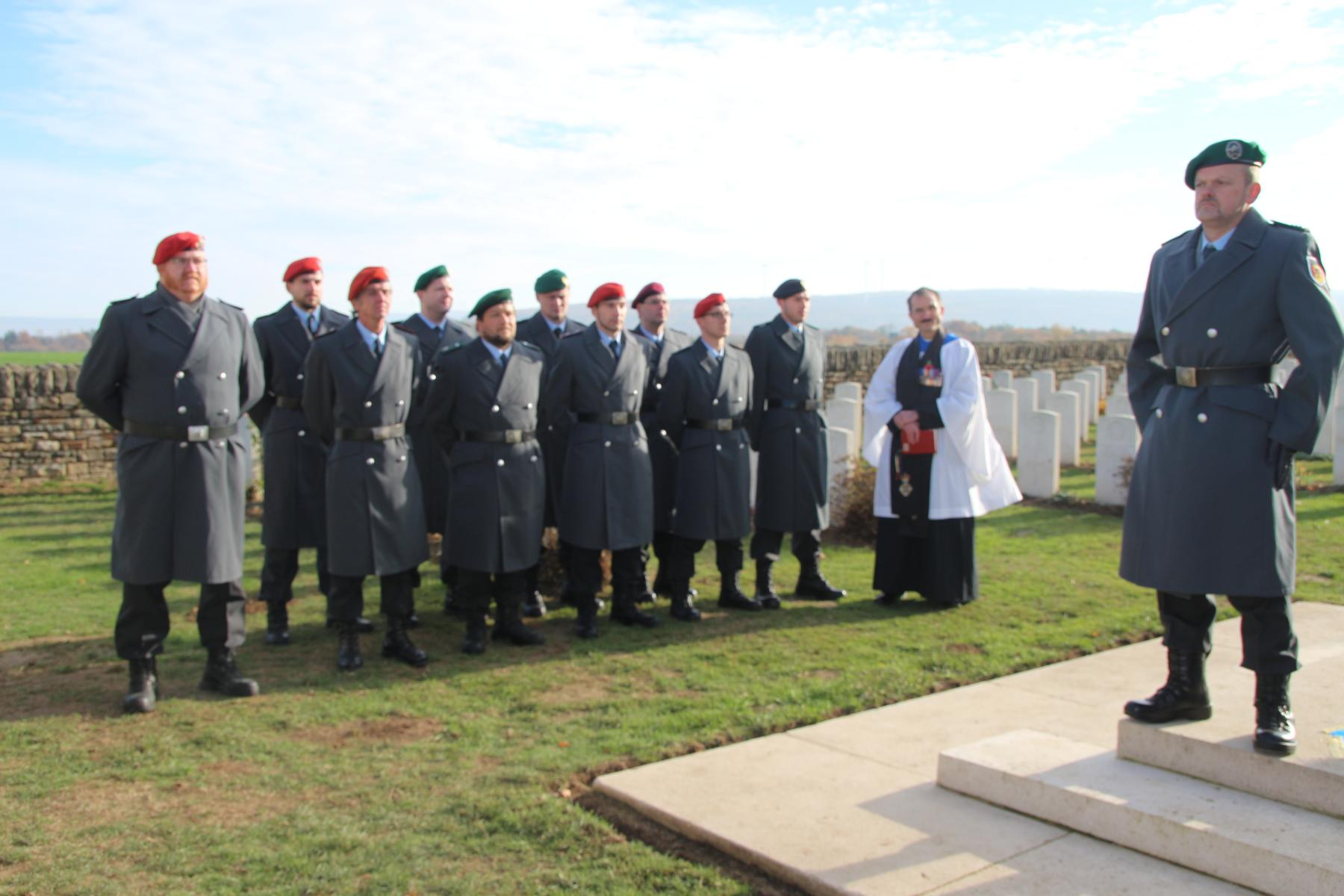 Gedenken mit Reverend Richard Downes auf dem Niederzwehren Cemetery