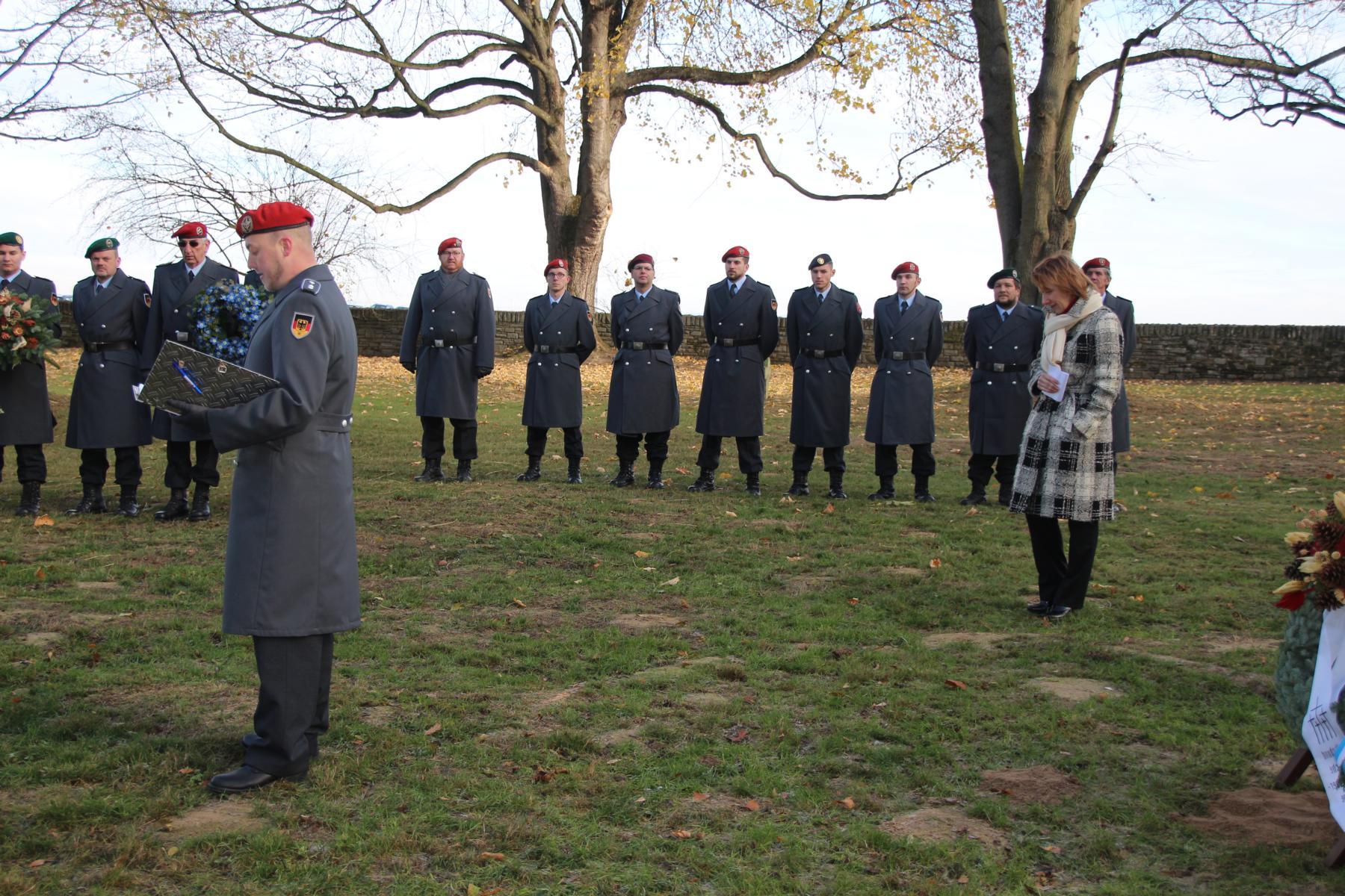 Begrüßung von OLt d.R. Valentino Lipardi - im Hintergrund: Konsulin Kupalova