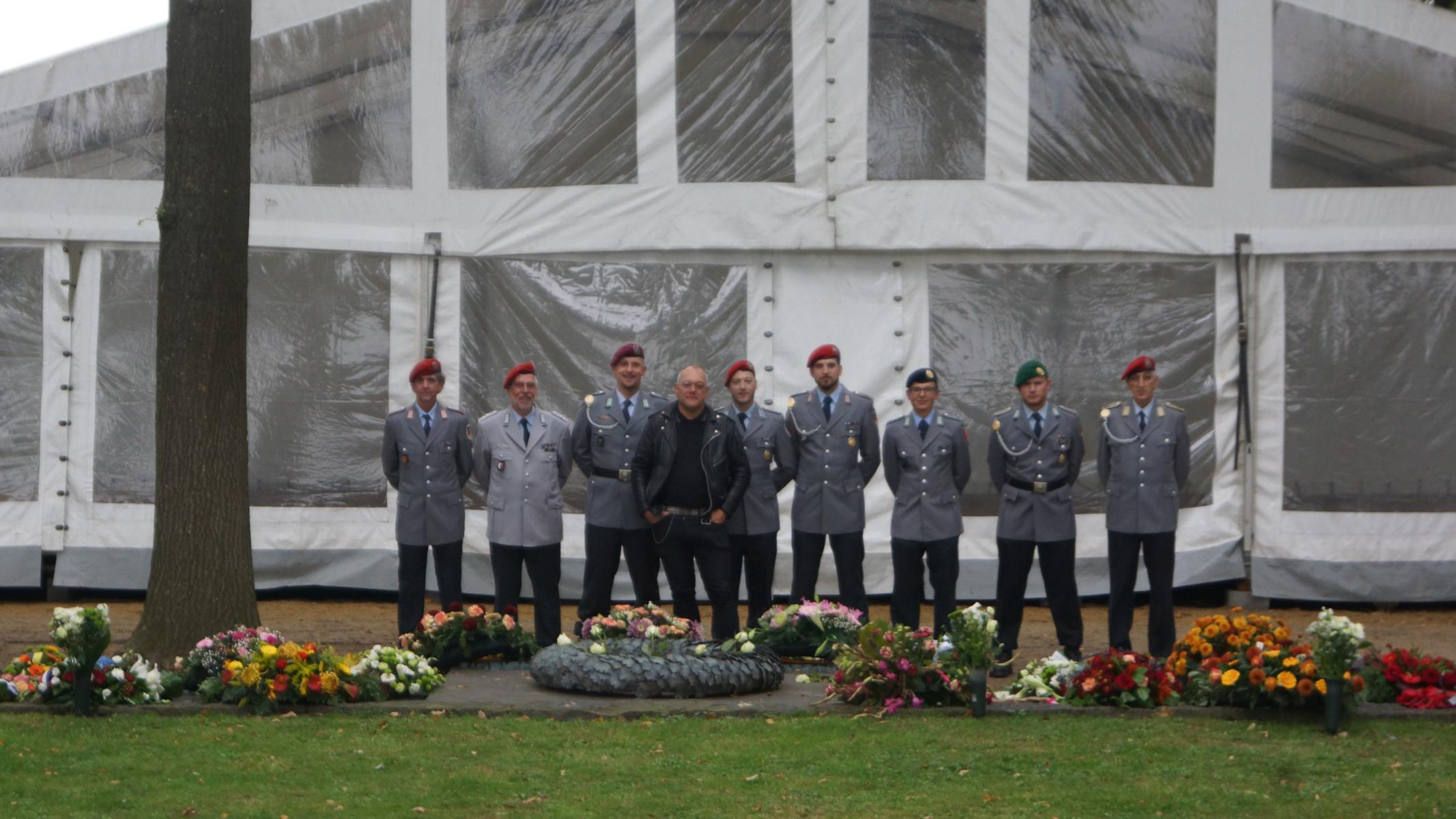 Die RK Kassel mit einem belgischen Soldaten und Historiker (schwarze Jacke)