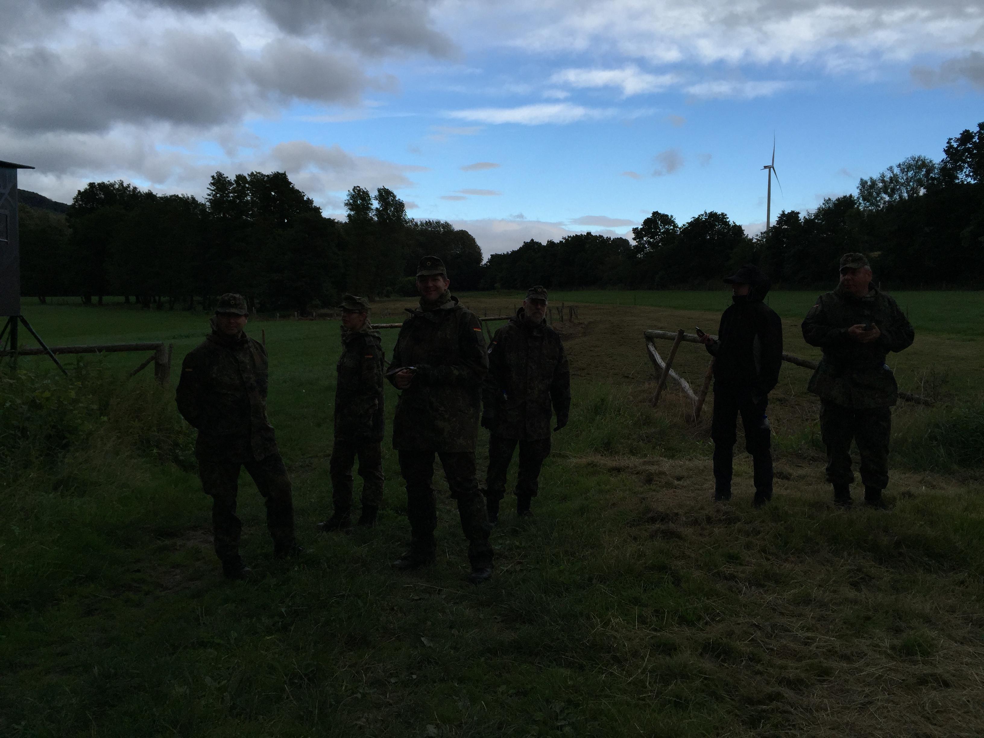 Truppe beim Orientieren im Gelände
