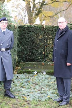 Gefr (ROA) Michael Lajsev und Stadtrat (KASSEL) Christian von Klobuczynski am Gedenkstein für die ge