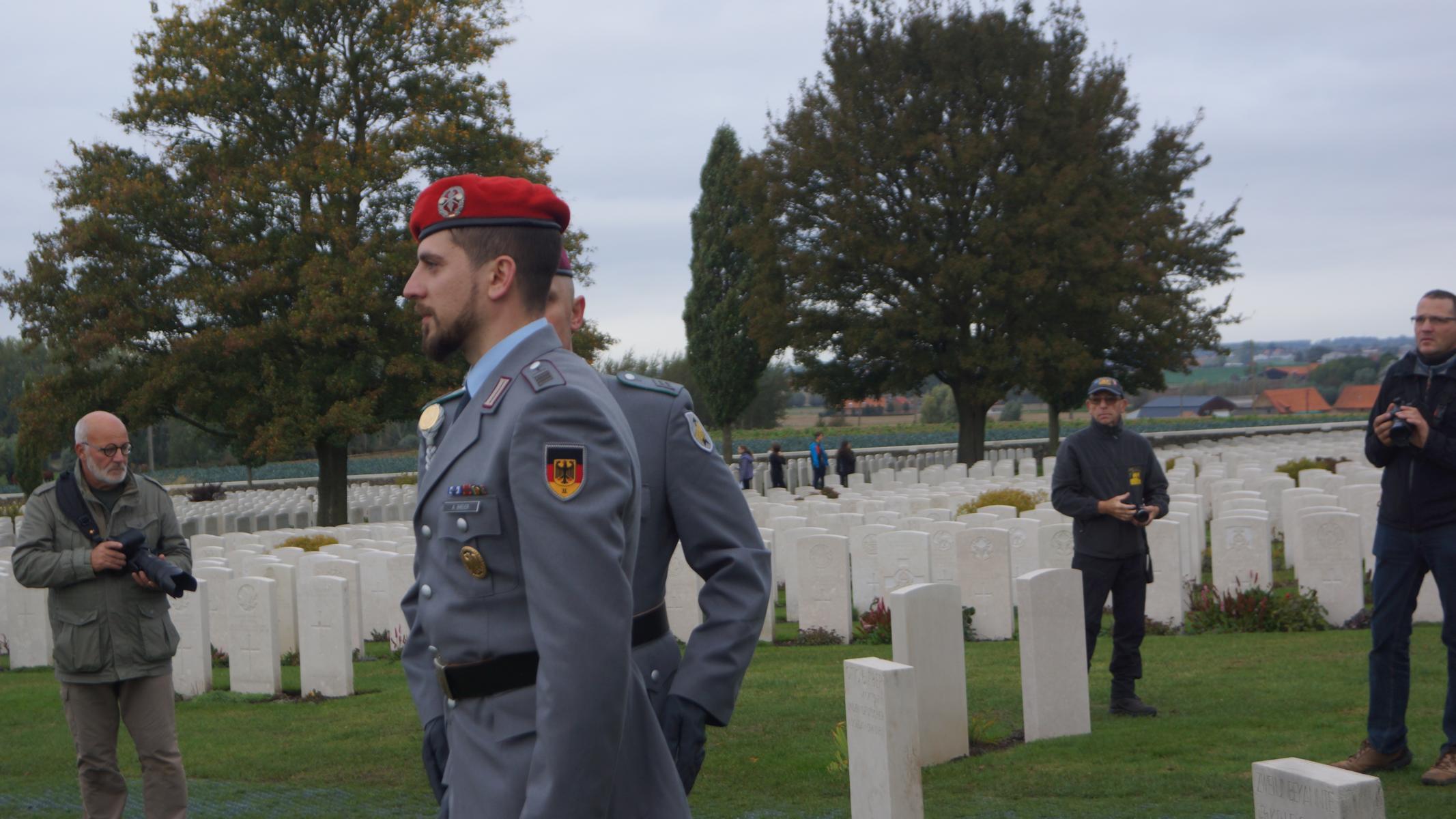 StGefr d.R. Alexander Breier und HptGefr d.R. Sebastian Gaida legen Gedenkkreuze am Grabstein der de