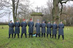 Die Teilnehmer vor dem Deutschen Gedenkstein auf dem Russischen Friedhof