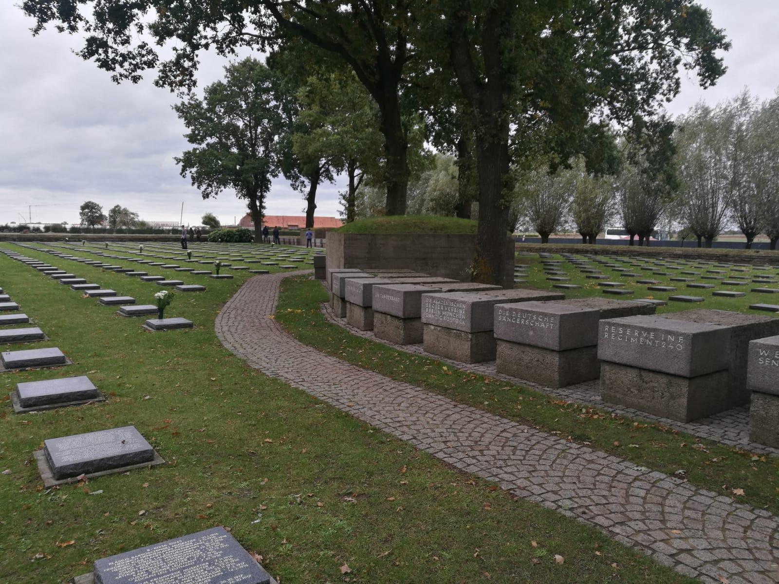 Ehemalige deutsche Frontlinie, heute Erinnerungssteine mit Inschriften