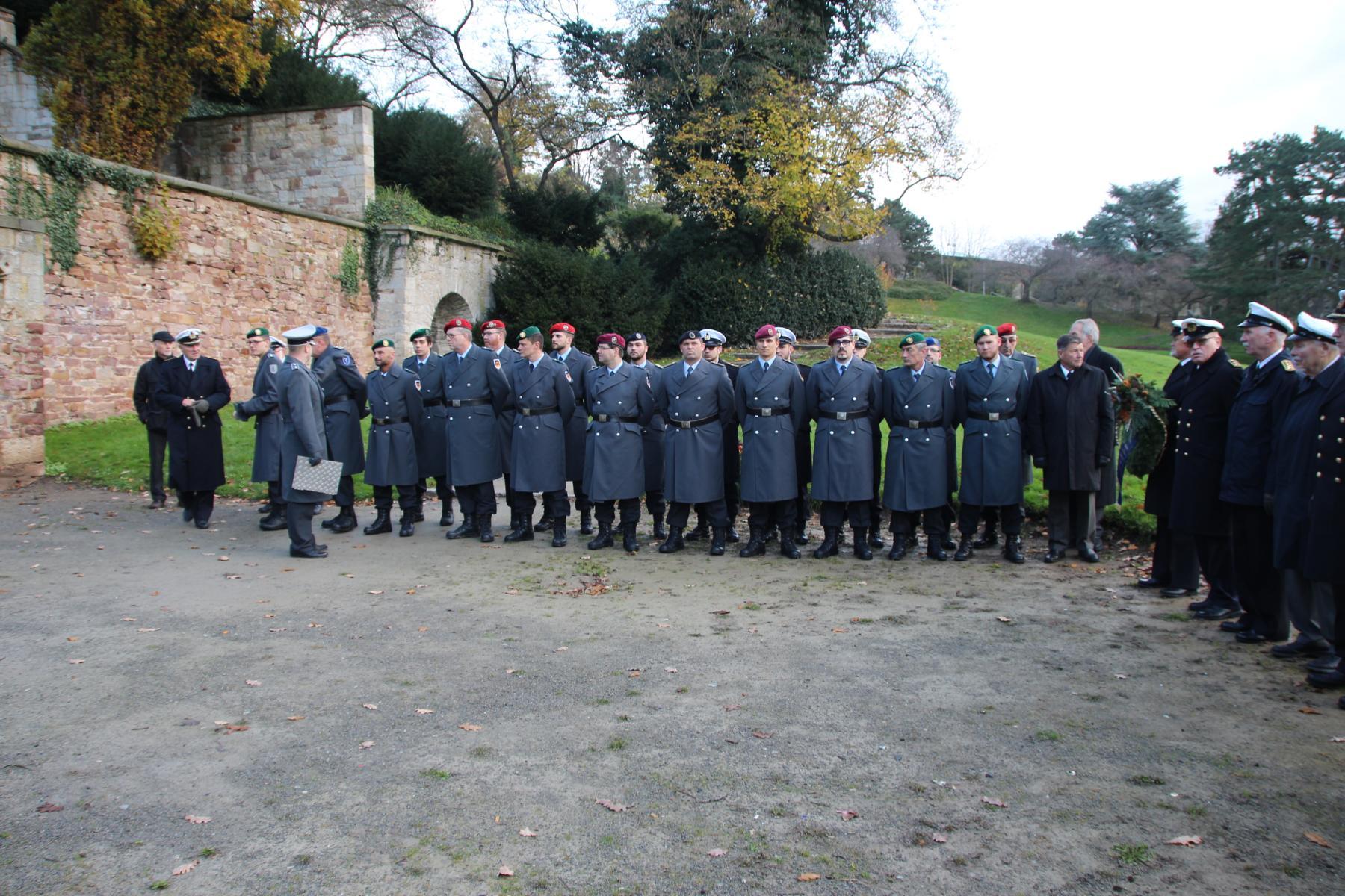 Angetretene Formation vor dem Ehrenmal in der Kasseler Karlsaue