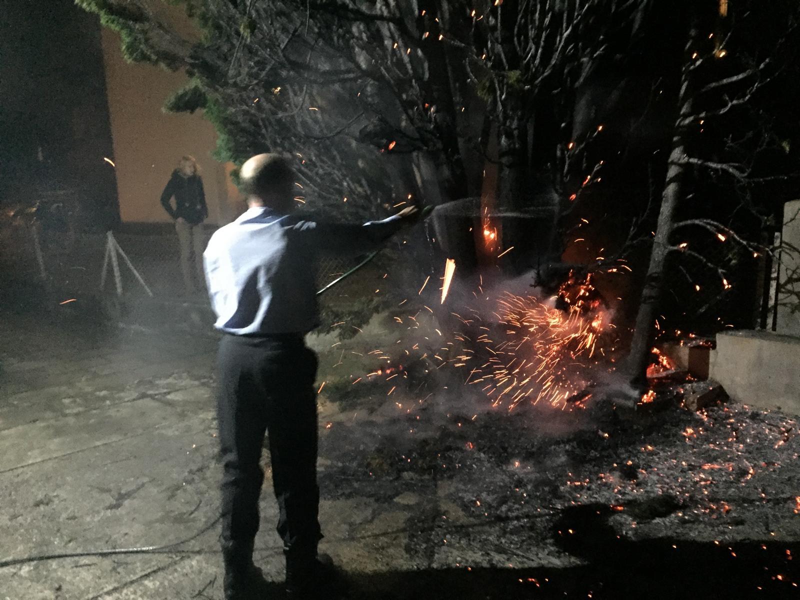 Er hält das Feuer unter Kontrolle...
