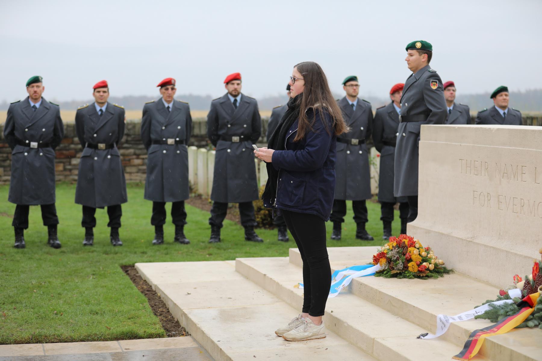 """""""In Flanders Fields"""", in diesem Jahr vorgetragen von der Niederzwehrener Schülerin Katharina Walde"""